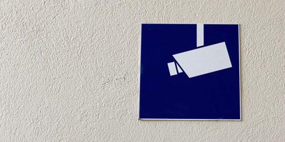 Schild Überwachungskamera an Häuserwand