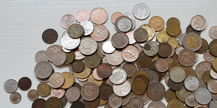 viele verschiedene Münzen unterschiedlicher Währungen Nebenkosten